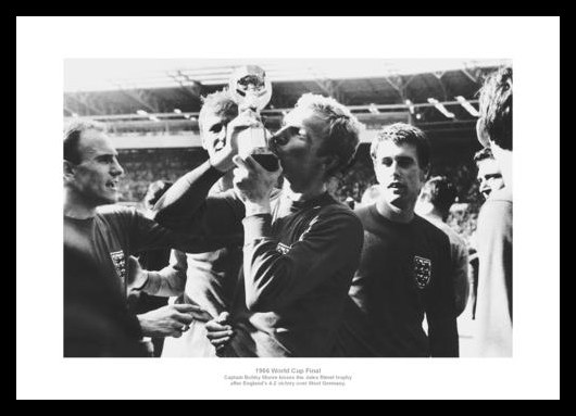 1966-World-Cup-Bobby-Moore-Kisses-Trophy-England-Team-Photo-Memorabilia-477